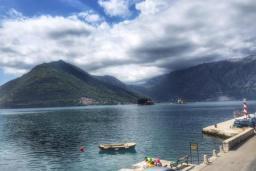 Вид на море. Черногория, Пераст : Апартамент на берегу залива с балконом и видом на море, 3 спальни, 2 ванные комнаты