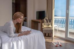 Спальня. Черногория, Сутоморе : Классический двухместный номер с видом на море