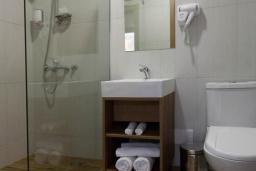 Ванная комната. Черногория, Сутоморе : Классический двухместный номер с видом на море