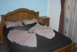 Спальня. Черногория, Добра Вода : Двухместный номер с балконом и видом на море