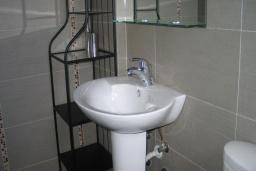 Ванная комната. Черногория, Добра Вода : Двухместный номер с балконом и видом на море