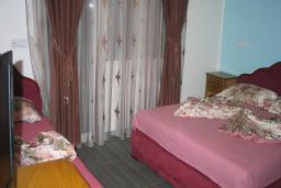 Спальня. Черногория, Добра Вода : Трехместный номер с балконом