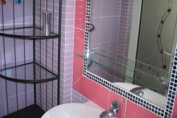 Ванная комната. Черногория, Добра Вода : Четырехместный номер