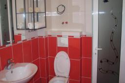 Ванная комната. Черногория, Добра Вода : Номер-студио с балконом и видом на море