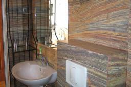 Ванная комната. Черногория, Добра Вода : Двухуровневые апартаменты