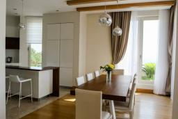 Обеденная зона. Черногория, Святой Стефан : Шикарная вилла с бассейном и видом на море, большая гостиная, 4 спальни, место для барбекю, сауна, настольный теннис, 2 парковочных места, Wi-Fi