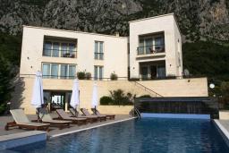 Фасад дома. Черногория, Святой Стефан : Шикарная вилла с бассейном и видом на море, большая гостиная, 4 спальни, место для барбекю, сауна, настольный теннис, 2 парковочных места, Wi-Fi