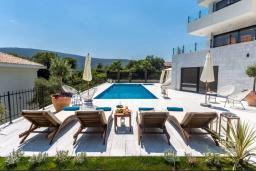 Бассейн. Черногория, Дженовичи : Шикарная вилла с бассейном и видом на море, 5 спален, 3 ванные комнаты, камин, сауна, Wi-Fi