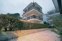 Территория. Черногория, Ораховац : Апартаменты в 30 метрах от моря, большая гостиная, 2 спальни, парковочное место, Wi-Fi, общий бассейн на три дома.