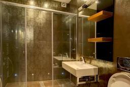 Ванная комната. Черногория, Ораховац : Апартаменты в 30 метрах от моря, большая гостиная, 2 спальни, парковочное место, Wi-Fi, общий бассейн на три дома.