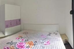 Спальня 2. Черногория, Ораховац : Апартаменты в 30 метрах от моря, большая гостиная, 2 спальни, парковочное место, Wi-Fi, общий бассейн на три дома.