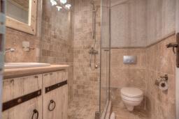Ванная комната. Черногория, Петровац : Апартамент с гостиной, отдельной спальней и видом на море