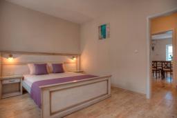 Спальня. Черногория, Петровац : Апартамент с гостиной, отдельной спальней и видом на море