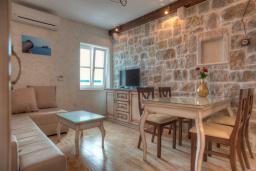 Гостиная. Черногория, Петровац : Апартамент с гостиной, отдельной спальней и видом на море