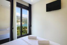 Спальня. Черногория, Бечичи : Апартамент с балконом и шикарным видом на море, с гостиной и двумя отдельными спальнями