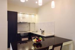 Кухня. Черногория, Бечичи : Апартамент с балконом и шикарным видом на море, с гостиной и двумя отдельными спальнями