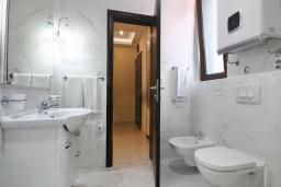 Ванная комната. Черногория, Бечичи : Апартамент с балконом и шикарным видом на море, с гостиной и двумя отдельными спальнями