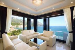 Гостиная. Черногория, Бечичи : Апартамент с балконом и шикарным видом на море, с гостиной и двумя отдельными спальнями
