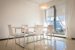 Обеденная зона. Черногория, Бечичи : Пентхаус с шикарным видом на море, с гостиной, 3-мя спальнями и балконом