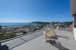 Терраса. Черногория, Бечичи : Пентхаус с шикарным видом на море, с гостиной, 3-мя спальнями и балконом