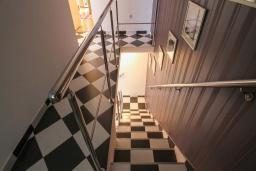 Лестница наверх. Черногория, Будва : Вилла с бассейном, большой гостиной, 2-мя спальнями, 2-мя ванными комнатами, Wi-Fi