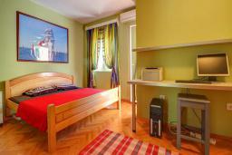 Спальня. Черногория, Будва : Вилла с бассейном, большой гостиной, 2-мя спальнями, 2-мя ванными комнатами, Wi-Fi