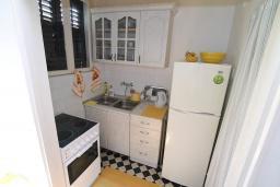 Кухня. Черногория, Игало : Апартамент в 100 метрах от моря, с гостиной, тремя спальнями и балконом