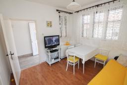 Гостиная. Черногория, Игало : Апартамент в 100 метрах от моря, с гостиной, тремя спальнями и балконом