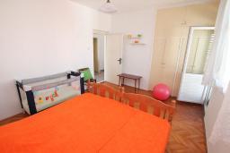 Спальня. Черногория, Игало : Апартамент в 100 метрах от моря, с гостиной, тремя спальнями и балконом