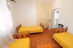 Спальня 2. Черногория, Игало : Апартамент в 100 метрах от моря, с гостиной, тремя спальнями и балконом