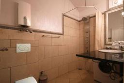 Ванная комната. Черногория, Бечичи : Апартамент с большой гостиной, отдельной спальней и балконом