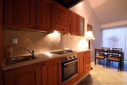 Кухня. Черногория, Бечичи : Апартамент с большой гостиной, отдельной спальней и балконом