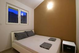 Спальня. Черногория, Бечичи : Апартамент с большой гостиной, отдельной спальней и балконом