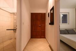 Коридор. Черногория, Бечичи : Апартамент с большой гостиной, отдельной спальней и балконом