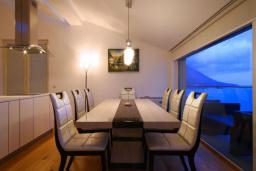 Обеденная зона. Черногория, Бечичи : Пентхаус с огромной гостиной, 3-мя спальнями, большим балконом с шикарным видом на море