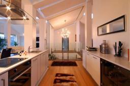 Кухня. Черногория, Бечичи : Пентхаус с огромной гостиной, 3-мя спальнями, большим балконом с шикарным видом на море