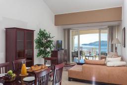 Гостиная. Черногория, Бечичи : Апартаменты с 2 спальнями и балконом с видом на море