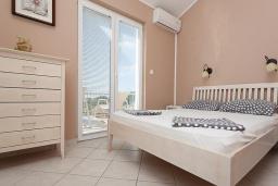 Спальня. Черногория, Бечичи : Апартаменты с 2 спальнями и балконом с видом на море