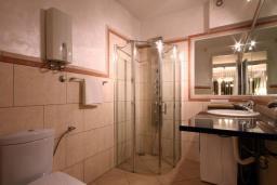 Ванная комната. Черногория, Бечичи : Номер-студио с террасой