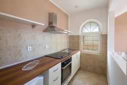 Кухня. Черногория, Бечичи : Апартаменты с 2 спальнями и балконом с шикарным видом на море