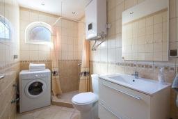 Ванная комната. Черногория, Бечичи : Апартаменты с 2 спальнями и балконом с шикарным видом на море
