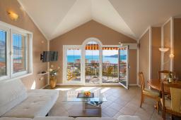 Гостиная. Черногория, Бечичи : Апартаменты с 2 спальнями и балконом с шикарным видом на море