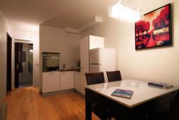 Кухня. Черногория, Бечичи : Апартаменты Делюкс с 1 спальней и балконом