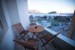 Балкон. Черногория, Будва : Апартамент в 50 метрах от пляжа, с гостиной, отдельной спальней и балконом с видом на море