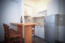 Кухня. Черногория, Будва : Апартамент в 50 метрах от пляжа, с гостиной, отдельной спальней и балконом с видом на море