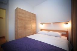 Спальня. Черногория, Будва : Апартамент в 50 метрах от пляжа, с гостиной, отдельной спальней и балконом с видом на море