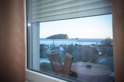 Вид на море. Черногория, Будва : Апартамент в 50 метрах от пляжа, с гостиной, отдельной спальней и балконом с видом на море