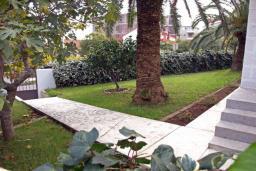 Территория. Черногория, Будва : Этаж дома c гостиной, тремя спальнями и террасой