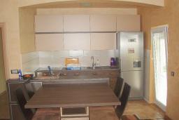 Кухня. Черногория, Будва : Этаж дома c гостиной, тремя спальнями и террасой