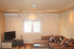 Гостиная. Черногория, Будва : Этаж дома c гостиной, тремя спальнями и террасой